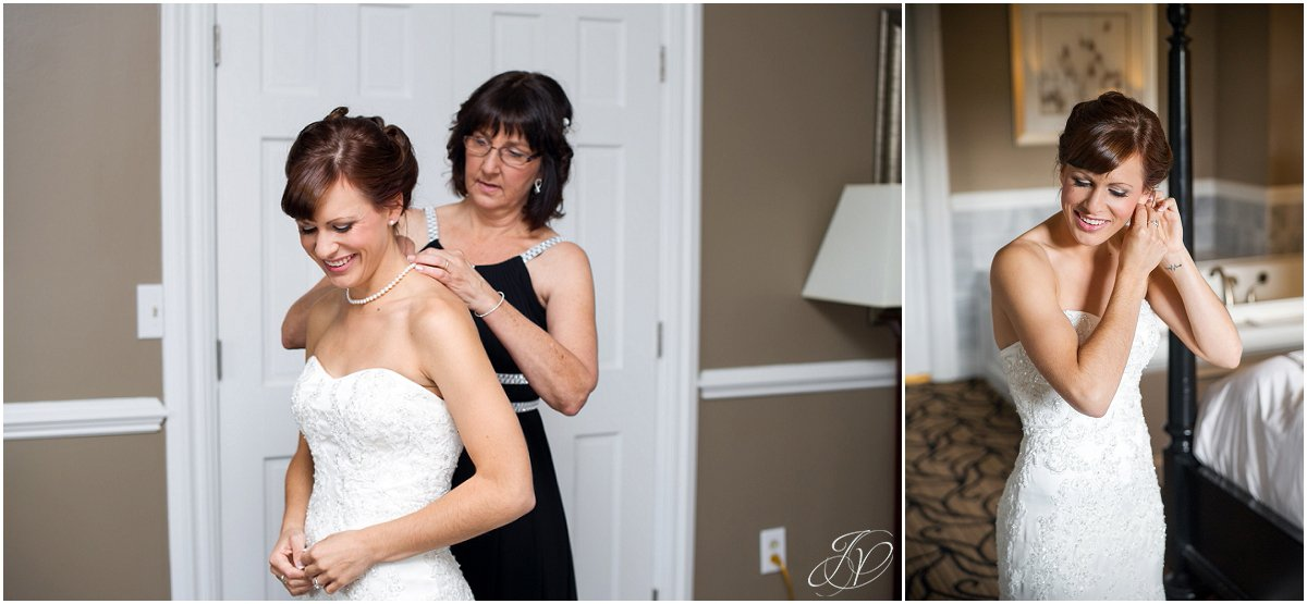 bride getting ready with mom glen sanders mansion wedding