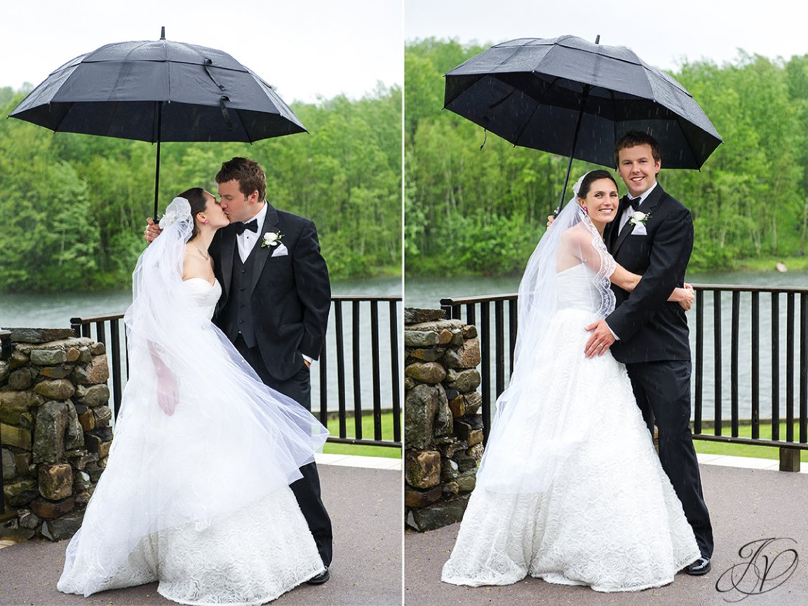 bride and groom in rain portraits, bride and groom under umbrella photo, just married portraits