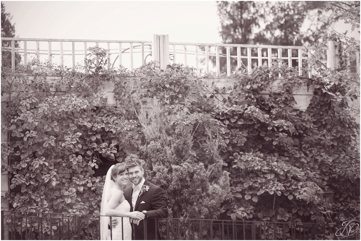 bride and groom fall black and white glen sanders mansion wedding